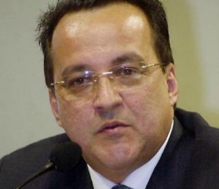 Os advogados de Cachoeira tentam novamente adiar seu depoimento, mas ele está convocado para falar à CPI esta semana