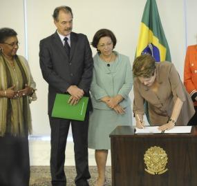 Ministros acompanham sanção de nova lei pela presidenta Dilma