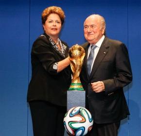 """Dilma diz que o Brasil fará """"a Copa das Copas"""". Blatter estima lucro de R$ 10 bilhões para a Fifa"""