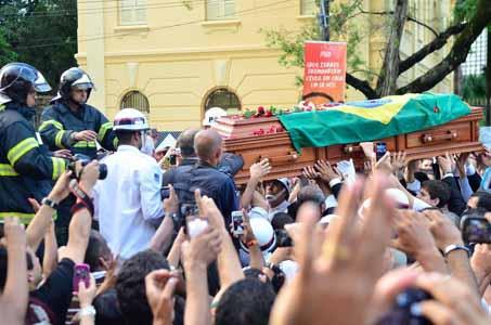 "* Eduardo Campos é enterrado sob gritos de ""guerreiro do povo brasileiro"""