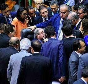 Deputados aprovam mandato de cinco anos para todos os cargos