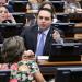 Erika Kokay (de costas) e Evandro Gussi discutem durante votação de substitutivo