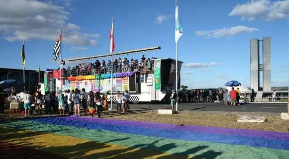 Parada do Orgulho LGBTS reuniu cerca de 15 mil pessoas neste domingo, em Brasília