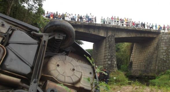 O carro da família Oliveira não venceu a curva e caiu pela cabeceira da ponte (Nova Replay)(1200)