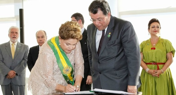 Com a presença de Kátia Abreu, Dilma assina posse de Eduardo Braga, substituto de Edison Lobão na pasta de Minas e Energia