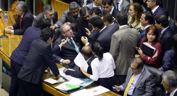 Número de deputados que garantem presença na sessão de plenário faz Cunha dar últimas cartadas contra cassação