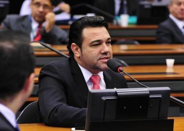 Deputado enfrenta acusação de estupro feita por correligionária