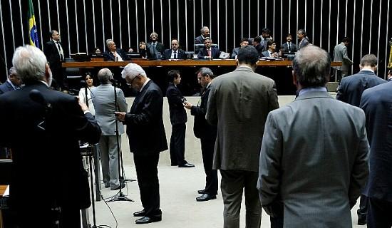 """Indignação de deputados levou ao fim da sessão: """"Golpistas!"""", gritou Esperidião Amin"""
