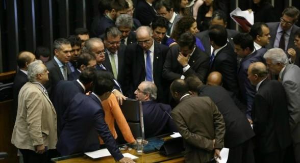 Cerco fechando: ferramenta cobra presença de deputados na sessão que pode cassar peemedebista
