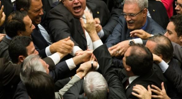 Deputados governistas comemoram resultado da votação