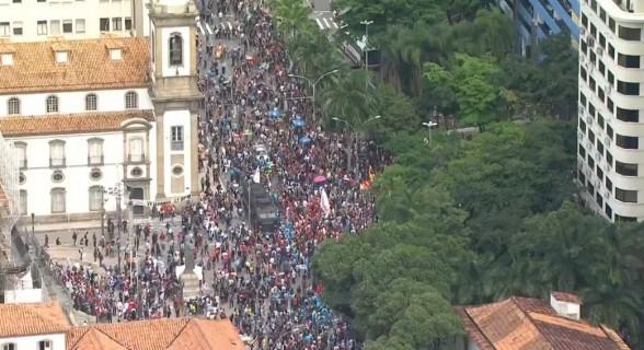 Manifestantes protestam contra pacote de cortes desde 10h, em frente à Alerj