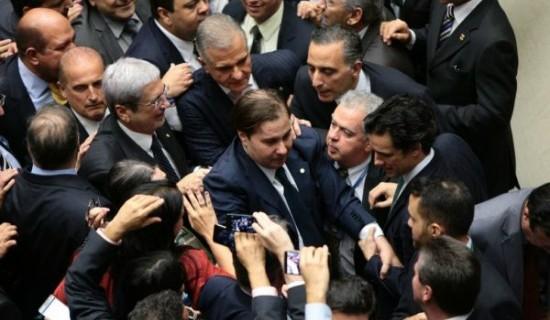 Líder do PSDB, Imbassahy sorri atrás de Maia (ao centro), festejado rumo ao discurso da vitória em plenário