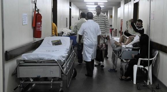 Terceirizados da limpeza de postos de saúde e escolas do DF seguem sem receber 13º salário