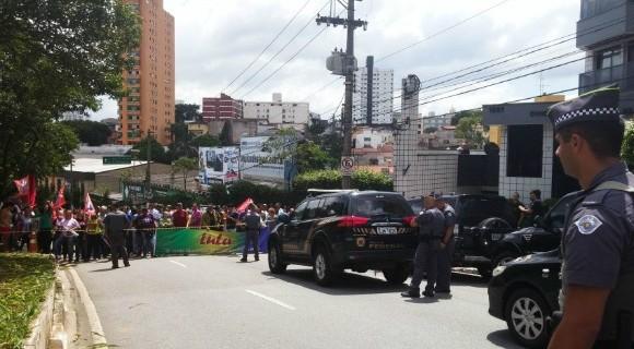 Petistas protestam contra condução de Lula