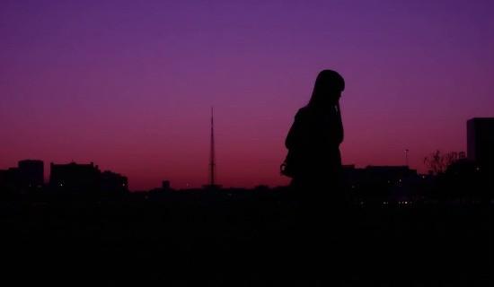 Com a Torre de TV ao fundo, a silhueta eloquente captada pela lente empoderada de Ana Volpe