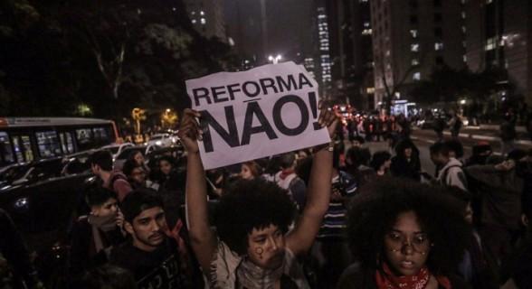 Estudantes protestam contra reforma da educação