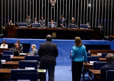 Diante de Eunício, Paim (à esquerda) anuncia apresentação de relatório contra terceirização irrestrita