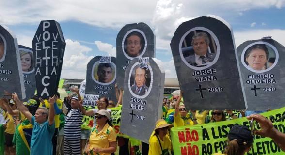 """Políticos foram """"enterrados"""" em Brasília"""