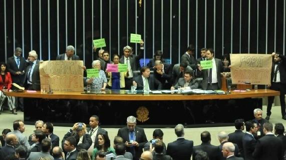 Votação da última quarta-feira (19) foi marcada por protestos da oposição contra aprovação do requerimento