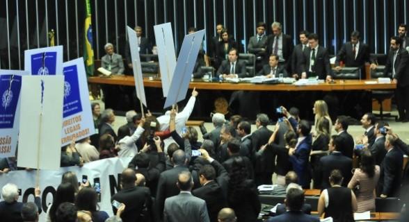 Sob protestos contra a reforma trabalhista, governo conseguiu aprovação do texto com folga na Câmara