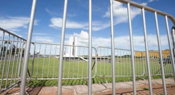 Para evitar que manifestantes cheguem ao Congresso Nacional, governo colocou barreiras