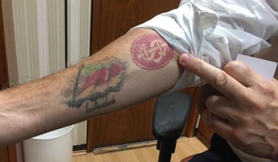 Orgulho gaúcho: Onyx arregaça as mangas para exibir as duas paixões tatuadas no antebraço