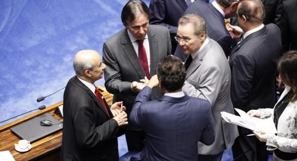 Se a proposta fosse promulgada agora, apenas o presidente do Senado, Eunício Oliveira (ao centro), continuaria com foro no STF