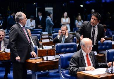 De autoria de Cristovam Buarque (à esq.), projeto recebeu apoio de senadores como Magno Malta (ao microfone), que presidiu a CPI da Pedofilia