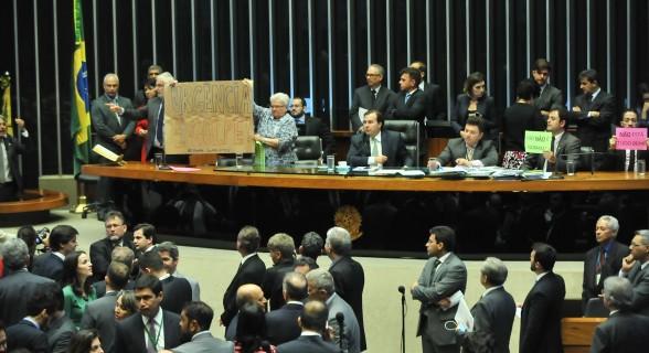Votação da urgência para a reforma trabalhista provocou protestos no plenário na semana passada