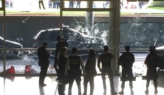 Confusão termina com vidro quebrado na entrada principal do Congresso