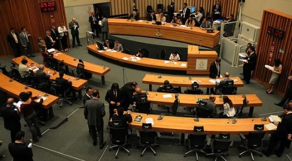 Distritais aprovaram teto de R$ 30.741,11 para salários de servidores de empresas do DF nesta terça-feira (19)