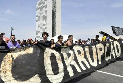 """""""Corrupção, não!"""": diante do Congresso, o palco dos corruptos, jovens expõem insatisfação social em letras garrafais"""