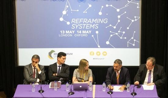 Cardozo compõe a mesa de debates com Moro, uma mediadora, o advogado José Alexandre Buaiz e o juiz do STJ Ricardo Villas Bôas