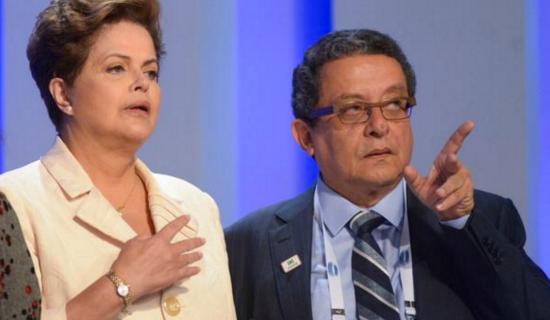 Cérebro midiático da campanha de Dilma, Santana a orienta durante debate eleitoral