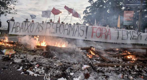 Manifestantes protestam pelo fim das reformas de Temer, por Diretas Já e pela saída do presidente do cargo