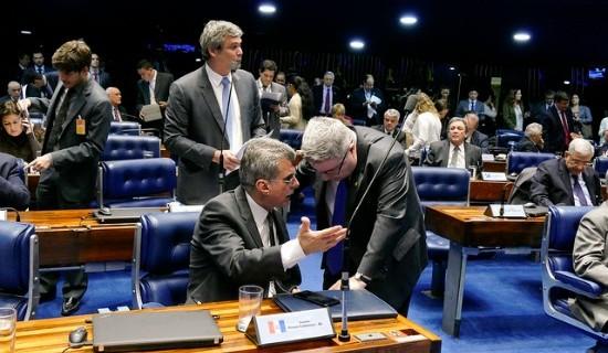 Autor da matéria, Jucá conversa com o tucano Antonio Anastasia em plenário