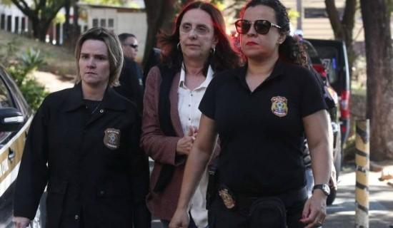 Andrea escoltada por agentes da PF em 18 de maio, quando foi presa