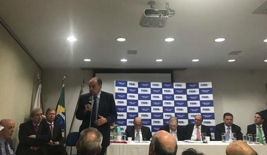 Aloysio Nunes, um dos defensores da manutenção da aliança com Temer, fala aos pares na reunião de cúpula