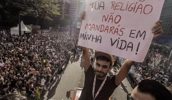 Estado laico e liberdades civis foram os motes principais da 21ª Parada LGBT de São Paulo, realizada domingo (18)