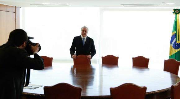 Julgamento no TSE recomeça no mesmo dia em que PSDB se reúne para discutir se continua ou não apoiando o governo; deputados mais jovens exigem desembarque