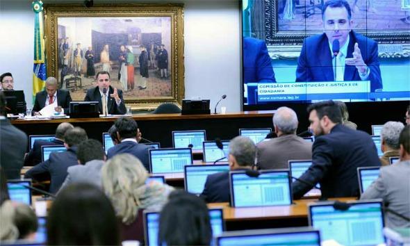 Zveiter inicia leitura de parecer sobre denúncia contra Temer na CCJ