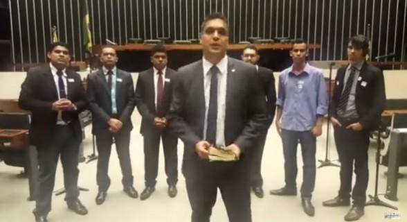Deputado faz pregação religiosa em plenário e dá recado ao governo Temer: 'Os senhores vão cair'