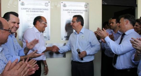 Mendes cumprimenta o então reitor na Unemat, Adriano Silva, no evento de inauguração da universidade