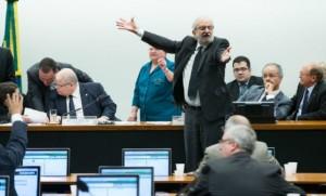 Exasperado, Ivan Valente gesticula para os pares na comissão especial
