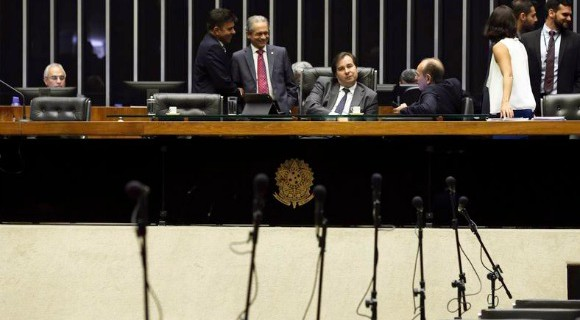 """Rodrigo Maia, no comando da sessão nesta quarta-feira, aguarda quórum para votação. Deputado é contra o """"distritão"""""""