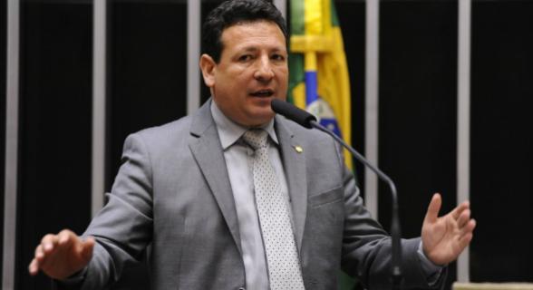 Roberto Góes é um dos que votou a favor de Temer. O parlamentar é réu em XX ações no STF