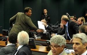 De pé, à esquerda, Wladimir discute com Júlio Delgado (segurando o papel)