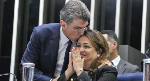 Kátia Abreu e o presidente do PMDB, Romero Jucá. Demonstração de carinho, só no passado