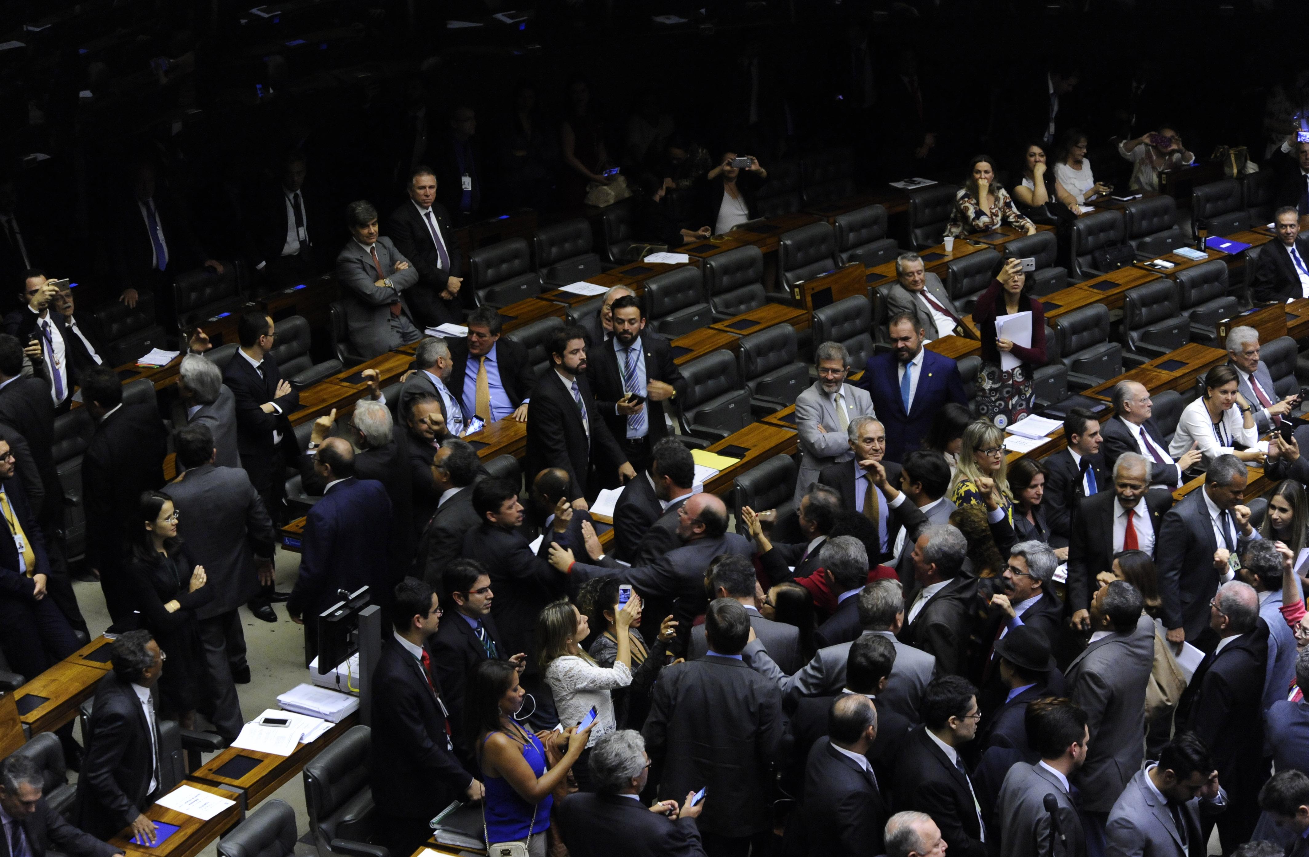 Câmara vota parecer sobre denúncia contra Temer — Ao vivo