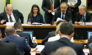 Relatório de Vicente Cândido (à dir., ao microfone) foi aprovado por ampla maioria no colegiado